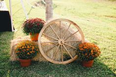 Outside décor with flowers hay bales and wagon wheel - Modern Shabby Chic Fall, Shabby Chic Garden Decor, Wagon Wheel Decor, Fall Yard Decor, Fall Decorations, Garden Wagon, Deco Champetre, Photo Deco, Hay Bales
