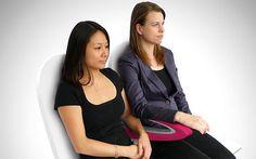 accoudoir à deux niveaux. Lire sur  http://bit.ly/1vfYpTK (A new paperclip-shaped armrest hopes to settle for good the battle over elbow   room in the sky)