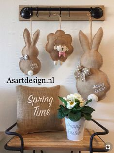 Easter Craft Decorations that are Cheap and Easy DIY Easter Bunny Door Hanger. DIY Easter Crafts to do with kids and friends. Fun and easy, for the whole family. Easter Projects, Easter Crafts, Diy Projects To Try, Hoppy Easter, Easter Bunny, Burlap Crafts, Diy And Crafts, Spring Crafts, Holiday Crafts