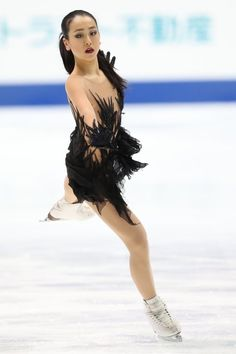 I want to see this program clean once, it's so beautiful ** (And Mao is soooo pretty like this) Figure Skating Costumes, Figure Skating Dresses, Womens Figure Skates, Japanese Figure Skater, Pose Reference Photo, Ice Dresses, Sporty Girls, Sports Photos, Ice Skating
