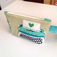 Basic Pouch with Zipper Tabs - tutorial from thebusybean.com Rita at RPQ used this tutorial to make her zippered bags