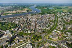Luchtfoto Nijmegen met Keizer Karelplein op de voorgrond (foto mei 2014)
