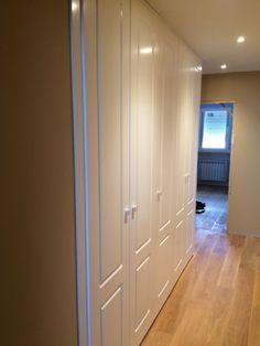 Puertas abatibles pantografiadas como puertas de paso en lacado blanco Bedroom Wardrobe, Kirchen, Armoire, Tall Cabinet Storage, House, Furniture, Home Decor, Dorm Rooms, Hallway Cabinet