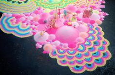 L'artiste australienne Tanya Schultz crée des mondes merveilleux et immersifs en utilisant du sucre coloré et des bonbons.