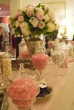 Flower and candy's for wedding welcome table.Λουλούδια και γλυκίσματα για καλωσόρισμα καλεσμένων σε γαμήλια πρόσκληση.