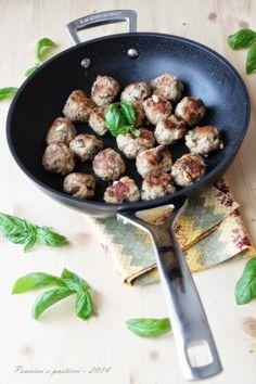"""Polpettine di vitello al profumo di basilico e pinoli - Ricetta tratta dal blog di Simona:""""http://www.pensieriepasticci.com/"""" - Padella wok alluminio @LeCreusetItalia #food #cucina #polpette #basilico #pinoli"""