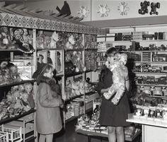Tytöt Joulun aikaan Osuuskauppa Alakeiteleen leluosastolla