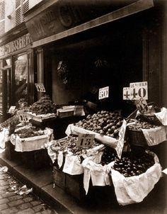 Eugène Atget  Petite boutique de fruits, 124 rue Mouffetard  Tirage entre 1910 et 1912 d'après négatif de 1910