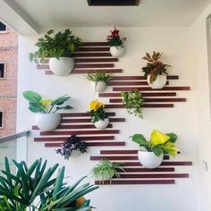 30 best vertical gardens with balconies Do you live in an apartment and think what to do with small spaces like a balcony? Do not worry! Thanks to the DIY enthusiasts for sharing. Small Balcony Design, Small Balcony Garden, Vertical Garden Design, Small Balcony Decor, Garden Landscape Design, Landscape Designs, Vertical Gardens, Balcony Decoration, Vertical Bar