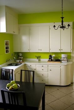 I would never have thought to paint my kitchen lime green!!