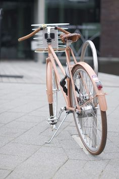 Una bici bonita. Esta me viene genial porque es rosa. Y tiene un cesta que es total. Estoy harta de pedírsela a los Reyes Magos, al Ratoncito Pérez...