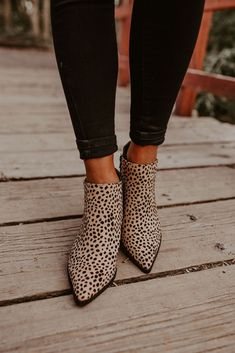 Selected pins for astounding shoes for women, covering heels that are high flat shoes, casual shoes, sneakers, and any other kind of mesmerizing shoes. Cute Shoes, Me Too Shoes, Looks Style, My Style, Outfit Trends, Shoe Closet, Up Girl, Crazy Shoes, Autumn Winter Fashion