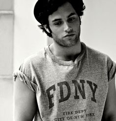 Penn Badgley- I can't believe that Dan Humphrey was Gossip Girl all along. Dan Humphrey, Vanessa Abrams, Penn Badgley, Serena Van Der Woodsen, Chuck Bass, Blair Waldorf, Gossip Girls, Pretty Little Liars, Moda Masculina