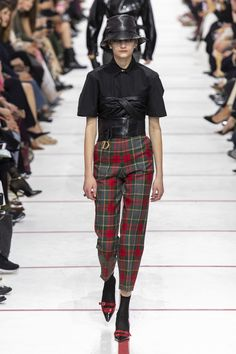 Christian Dior Fall 2019 Fashion Show . Designer ready-to-wear looks from Fall 2019 runway shows from Paris Fashion Week Tartan Fashion, Skirt Fashion, Fashion Show, Fashion Outfits, Womens Fashion, Fashion Trends, Teddy Girl, Fashion Week Paris, Christian Dior Fashion Designer