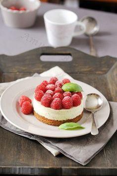 Ce dessert est frais, acidulé, fondant et...............presque hors saison mais vous pourez le tester au printemps ou à la fête des mères avec la version coeur. Vous pouvez remplacer les framboises par des fraises. Pour 8 personnes Préparation : 1 heure...