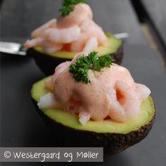 Her er opskriften på en lækker ret: avocado med rejer og lækker dressing. Det smager super som en lille forret eller på et brunch- eller tapasbord.
