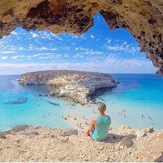 @thiago.lopez Isola dei Conigli. Buongiorno ragazzi, l'isola dei Conigli è un'isola appartenente all'arcipelago delle isole Pelagie a Lampedusa, in Sicilia.  L'isolotto, di appena 4,4 ettari, si trova all'interno di una baia eletta dagli utenti di TripAdvisor, nell'ambito dei Premi Travellers' Choice, la spiaggia più bella al mondo nel 2013, d'Europa e d'Italia nel 2014 e 2015.  L'isolotto dista molto poco dalla costa, tant'è che di rado è stata anche unita ad essa attraverso un estempor...