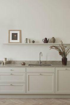 Cozy Kitchen, Shaker Kitchen, Wooden Kitchen, Kitchen Shelves, New Kitchen, Kitchen Dining, Building A Kitchen, Large Kitchen Island, Shaker Doors