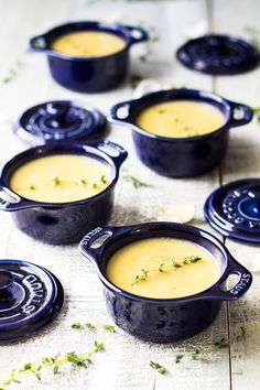 A creamy and heart-warming and potatos-kissing-your-belly-from-the-inside kind of delicious Roasted Garlic Potato Leek Soup you MUST try!