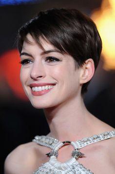 Anne Hathaway, Ideen für moderne Kurzhaarfrisuren, schwarze glatte Haare, toller Haarschnitt mit Pony