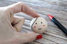 Cómo hacer figuras de madera pintadas a mano | el taller de las cosas bonitas Making Wooden Toys, Clothespin Dolls, Beaded Crafts, Beaded Garland, Kokeshi Dolls, Wooden Dolls, Fabric Jewelry, Fairy Dolls, Easy Diy Crafts
