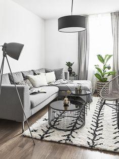Shades of Grey! Grau ist eine neutrale Farbe, die sich meist in vornehmer Zurückhaltung übt und dabei ausgleichend und beruhigend wirkt. Dieses stilvolle Wohnzimmer ist der beste Beweis dafür! Graue Wohnaccessoires, sowie das graue Sofa sorgen für eine zeitlose und unbeschwerte Eleganz. Wir sind begeistert! // Wohnzimmer Teppich Sofa Couchtisch Leuchte Wire Grey Grau