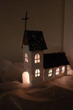 (Joulu)kirkko maitotölkeistä. Maitopurkit runkoina, päällystetty ensin paperilla, sitten tapetilla, kattopaalut männyn käpyjen siivekkeistä.
