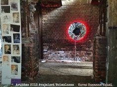 """ArtHäme 2013, avajaiset Voimalassa. Kuvassa Satu Bethellin teos """"Fukushiman aurinko"""" sekä Anni Paunilan """"Enkelit""""."""