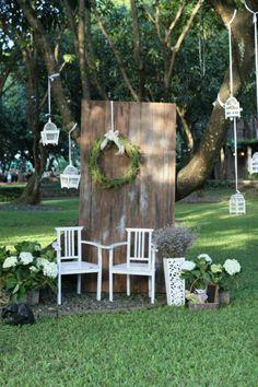 décor de photobooth de style champêtre réalisé avec une ancienne porte de grange, un fond photobooth original