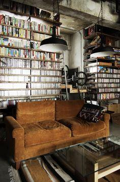 圧巻の書籍収納棚! ど迫力の大容量棚は、無骨なインダストリアルインテリアに負けません。コンクリートの荒っぽさが、カラフルに陳列されがちな本棚に統一感をもたせてまとまっています。リフォーム・リノベーション会社:エイトデザイン株式会社「マンションリノベーション|名古屋市東区K邸」
