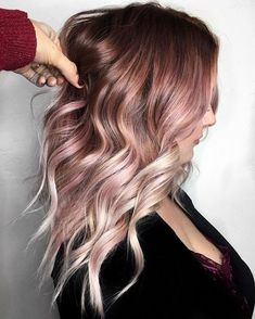 17 Rose Gold Haare als Inspiration 17 Rose Gold Hair as inspiration What do Rose Gold hair look like? Here are 17 different hair styles in rose gold. The post 17 Rose Gold hair as inspiration appeared first on Colorful Hair Diy. Hair Color And Cut, Ombre Hair Color, Pastel Ombre Hair, Rose Gold Hair Colour, Faded Hair Color, Hair Color 2018, Rose Pastel, Pink Color, Hair 2018