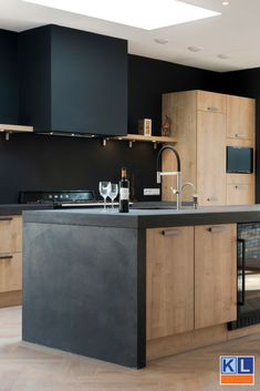 nl Wooden island kitchen with gray details. Beautiful kitchen from one of our customers! Wooden Island Kitchen, Kitchen Dining, Kitchen Decor, Kitchen Interior, Home Interior Design, Küchen Design, House Design, Kitchen On A Budget, Cuisines Design