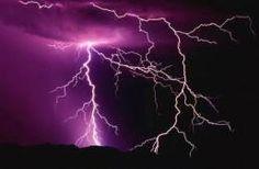 Η βροντή είναι ένας πολύ δυνατός ήχος που συνοδεύει τους κεραυνούς και τις αστραπές.  Προκαλείται λόγω της πολύ έντονης θέρμανσης (κοντά στους 28 – 30 χιλιάδες βαθμούς Κελσίου) και εκτόνωσης του αέρα κατά μήκος του διαύλου της ηλεκτρικής εκκένωσης.  Ο κρότος που ακούγεται οφείλεται στην διέλευση του ηχητικού κύματος μέσα από στρώματα ατμόσφαιρας με διαφορετική θερμοκρασία.