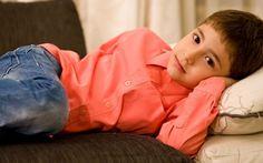 Gabriel Voinea, în vârstă de numai 6 ani, nu se poate bucura cum se cuvine de copilărie întrucât nu poate vorbi și nici auzi ce spun părinții și prietenii. Încă de la naștere, băiatul a fost diagnosticat cu hipoacuzie neurosenzorială bilaterală profundă. Romania, Rain Jacket, Windbreaker, Jackets, Fashion, Down Jackets, Moda, Fashion Styles, Fashion Illustrations