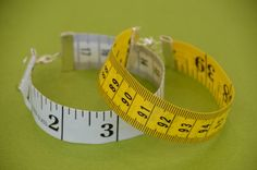 looove these diy tape measure bracelets Geek Jewelry, Jewelry Crafts, Jewelry Art, Funky Jewelry, Jewellery, Diy Bracelets How To Make, Homemade Bracelets, Tape Crafts, Sewing Crafts