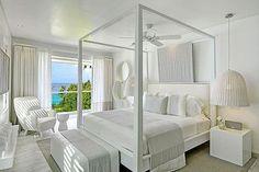 Decoración en blanco: cama con dosel en el dormitorio