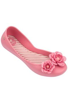 A pretty ballerina with frilled edging, printed supersoft footbed and a sweet adornment depicting flowers - in high gloss these blooms look like they're made of glass! Butterfly Logo, Pretty Ballerinas, Pin Logo, Womens Flats, Pink Flowers, Rose Gold, Floral, Shoes, Brazil