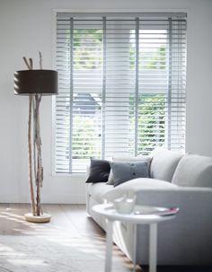 Houten jaloezieen in de woonkamer zorgen voor een mooi lichtinval. Verkrijgbaar in vele kleuren. Ga naar www.rolgordijnwinkel.nl