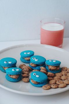 An adorable COOKIE MONSTER MACARON with COOKIE DOUGH FILLING! Yes to edible cookie dough! Cookie monster will definitely approve.