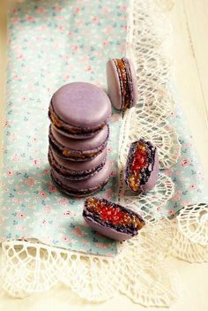 Macarons figue et framboise by ada.fr I never had macarons before but these just look so delicious!