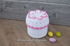 scatolina portaconfetti a uncinetto Camilla, Drink Sleeves, Party Favors, Diy And Crafts, Crochet Patterns, Crochet Hats, Creative, Confetti, Poncho