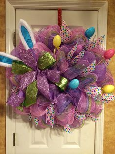 Easter deco mesh wreath Diy Projects Easter, Easter Crafts, Fabric Wreath, Tulle Fabric, Easter Wreaths, Christmas Wreaths, Outdoor Decorations, Deco Mesh Wreaths, Lent