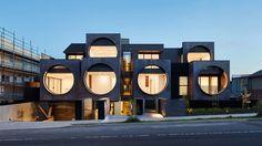 Дом в Мельбурне с большими круглыми окнами