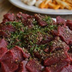 Hjortegryte med høstens grønnsaker og grov potetstappe | Ida Maries mat Bacon, Food And Drink, Pork, Meat, Kale Stir Fry, Pigs, Pork Chops, Pork Belly