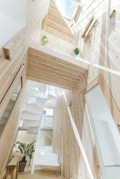 木の吹抜とトップライト: ディンプル建築設計事務所が手掛けたtranslation missing: jp.style.玄関-廊下-階段.modern玄関/廊下/階段です。