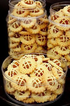 Pieapple tart cookies: I sold these 19 years ago for Chinese New Year. when I just completed my SPM (something like high school exam) while waiting for my ex. Biscuit Recipe, Biscuit Cookies, Yummy Cookies, Pineapple Cookies, Pineapple Tart, Tart Recipes, Sweet Recipes, Baking Recipes, Cookie Desserts