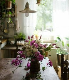 Raindrops and Roses Cottage Homes, Cottage Style, Cottage Living, Table Presentation, Raindrops And Roses, Deco Floral, Interior Exterior, Floral Arrangements, Beautiful Homes