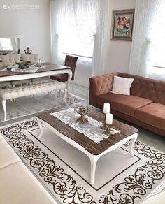 Zarif hatlara sahip, ahşap ve beyaz mobilyalarını, krem ve kahverenginin sıcak uyumuyla tamamlayan Hatice hanımın, doğal ve keyifli evinin konuğuyuz.  Klasik bir havanın hakim olduğu salonunda, mobi...