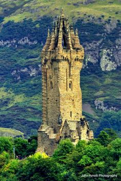 Nice close up pic of The Wallace Monument, taken from Stirling Castle. Chateau Medieval, Medieval Castle, Medieval Tower, Abandoned Castles, Abandoned Places, Haunted Places, Abandoned Mansions, Beautiful Places To Visit, Places To See