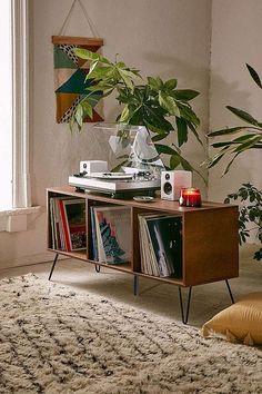 17 Ways To Make Your Home Look Like A Hippie Hideaway- record player space ähnliche tolle Projekte und Ideen wie im Bild vorgestellt findest du auch in unserem Magazin